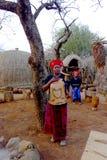 Zulukvinna i traditionella slut i den Shakaland Zulubyn, Sydafrika Royaltyfria Bilder
