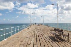 Zum Meer von einer Anlegestelle Limassol heraus betrachten Stockfoto