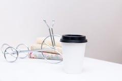 Zum Mitnehmen Kaffee in der Thermo weißen Schale am Tisch Lizenzfreies Stockfoto