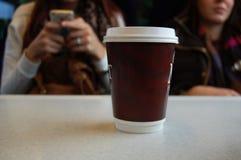 Zum Mitnehmen Schale des Kaffees auf einer Tabelle Stockbild