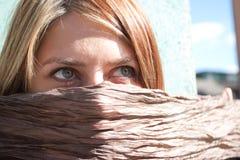 Zum Schweigen gebrachtes recht blondes Mädchen Stockfotografie