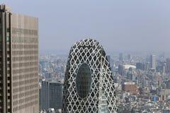 Zum Turm im modernen Bezirk von Tokyo schauen, Japan Stockfoto