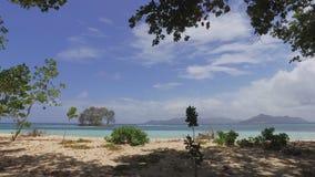 Zum Ufer von La Digue-Insel gehen, Seychellen stock video footage