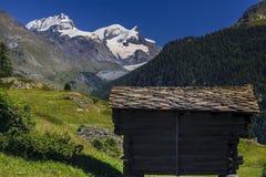 Zum vê a vila no dia ensolarado na parte inferior da montanha de Matterhon Foto de Stock
