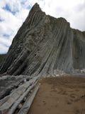 Zumaia strand met de langste reeks ononderbroken rotslagen in de wereld royalty-vrije stock afbeeldingen