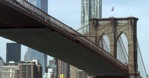 Zumando dal ponte di Brooklyn di New York video d archivio