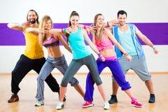 Zumba健身训练的舞蹈家在舞蹈演播室 免版税库存照片