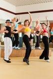 Zumba或Jazzdance -人跳舞在工作室 库存照片