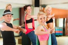 Zumba或Jazzdance -跳舞在演播室的青年人 库存照片
