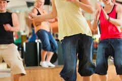 Zumba或Jazzdance -跳舞在演播室的青年人 免版税库存照片