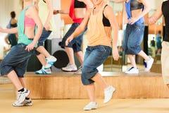 Zumba或Jazzdance -跳舞在演播室的青年人 免版税图库摄影