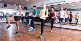 zumba χορού ατόμων και κυριών Στοκ Εικόνες