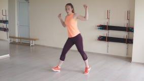 Zumba танцев маленькой девочки в спортзале или студии видеоматериал