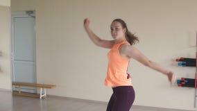 Zumba da dança da moça no gym ou no estúdio Movimento lento conceito da aptidão, do esporte, da dança e do estilo de vida