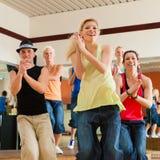 Zumba of Jazzdance - mensen die in studio dansen Royalty-vrije Stock Afbeelding