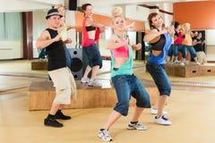 Zumba lub Jazzdance - młodzi ludzie tanczy w studiu Zdjęcia Stock