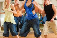 Zumba o Jazzdance - baile de la gente joven fotografía de archivo