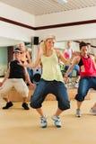 Zumba oder Jazzdance - junge Leute, die in Studio tanzen Lizenzfreie Stockfotos