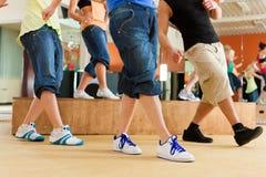 Zumba oder Jazzdance - Tanzen der jungen Leute Lizenzfreies Stockbild