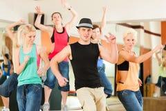 Zumba ou Jazzdance - les jeunes dansant dans le studio photos libres de droits