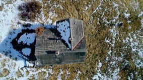Zumbido aéreo acima de uma chaminé de pedra velha em Idaho video estoque