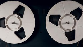 Zumbido-de um gravador com carretéis de gerencio vídeos de arquivo