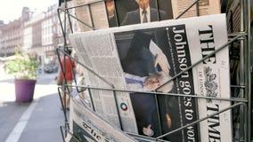 Zumbido lento dentro para pressionar o jornal do Times do suporte vídeos de arquivo