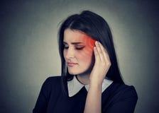 zumbido Mujer enferma que hace dolor de oído colorear en cabeza roja foto de archivo libre de regalías