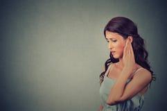 zumbido Mujer joven enferma del perfil lateral que tiene dolor de oído que toca su cabeza dolorosa fotos de archivo libres de regalías