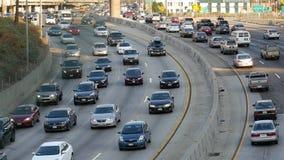 Zumbido para fora/lapso de tempo - trafique na autoestrada ocupada em Los Angeles do centro Califórnia video estoque