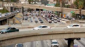 Zumbido para fora/lapso de tempo - trafique na autoestrada ocupada em Los Angeles do centro Califórnia filme