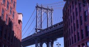 Zumbindo dentro da ponte icónica de Manhattan vista de Dumbo, Brooklyn video estoque