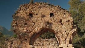 Zumbir da porta antiga na cidade Nysa de Carian, Sultanhisar, Turquia 4K filme