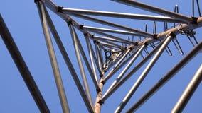 Zumbir da torre de aço do triângulo para a turbina eólica Olhe da parte inferior 4K UltraHD, UHD video estoque
