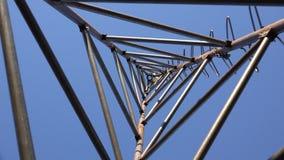 Zumbir da torre de aço do triângulo para a turbina eólica Olhe da parte inferior 4K UltraHD, UHD vídeos de arquivo