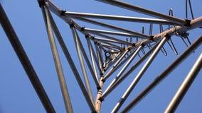 Zumbir da torre de aço do triângulo para a turbina eólica Olhe da parte inferior 4K UltraHD, UHD filme