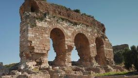 Zumbir de três archs antigos, ruínas de Tralleis, Aydin, Turquia 4K video estoque