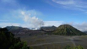 zumbir 4K cinemático decorre a tempo do vulcão de Bromo da montagem na tarde video estoque