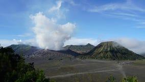 zumbir 4K cinemático decorre a tempo do vulcão de Bromo da montagem na tarde filme