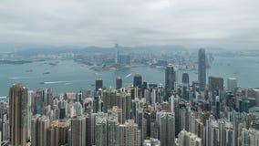 zumbir 4K cinemático decorre a tempo metragem de Victoria Harbour tomada do pico em Hong Kong durante o dia nebuloso vídeos de arquivo
