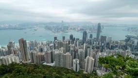 zumbir 4K cinemático decorre a tempo metragem de Victoria Harbour tomada do pico em Hong Kong durante o dia nebuloso video estoque