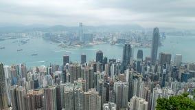 zumbir 4K cinemático na metragem mais rápida do Time Lapse de Victoria Harbour tomada do pico em Hong Kong durante o dia nebuloso video estoque