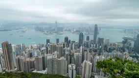 zumbir 4K cinemático na metragem rápida do lapso de tempo de Victoria Harbour tomada do pico em Hong Kong durante o dia nebuloso video estoque