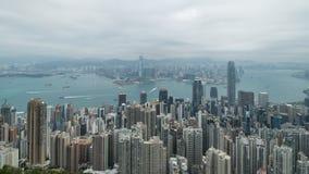 zumbir 4K cinemático para fora metragem do lapso de tempo de Victoria Harbour tomada do pico em Hong Kong durante o dia nebuloso video estoque