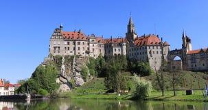 Zumi in considerazione del castello di Sigmaringen dal lato del Danubio archivi video