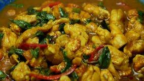 Zumi dal pollo fritto di scalpore con pasta di curry piccante, il basilico, il peperone dolce, i fagioli lunghi dell'iarda video d archivio