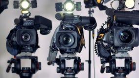Zummare su tre videocamere professionali stock footage