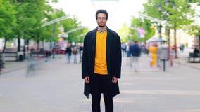 Zummi il lasso di tempo della condizione afroamericana attraente dell'uomo da solo all'aperto video d archivio