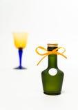 Zummi la bottiglia di whiskey verde con il vetro della sfuocatura isolato su fondo bianco immagini stock libere da diritti