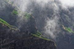 Zummi la vista della cresta delle montagne nella nebbia immagini stock